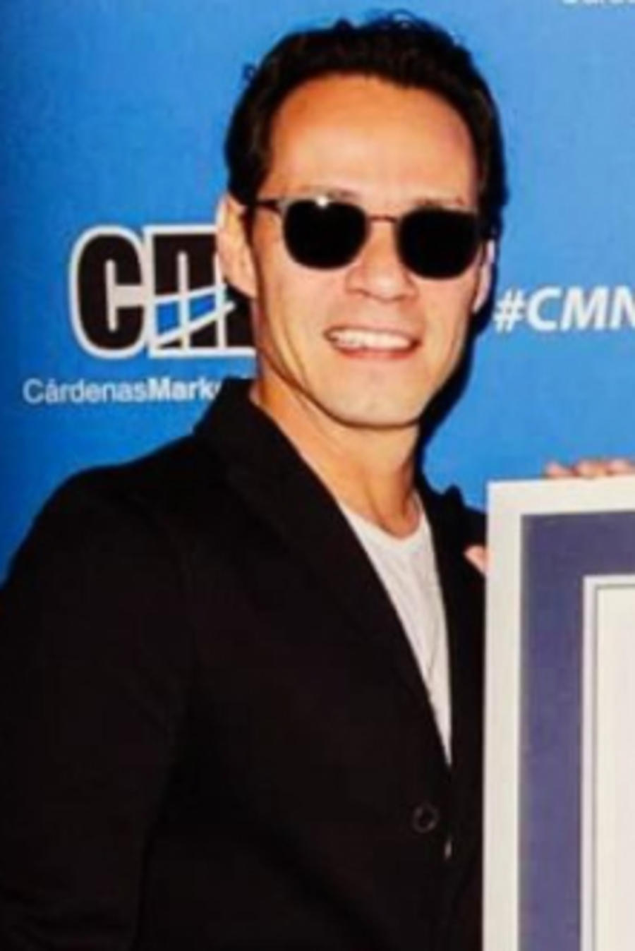 Marc Anthony con su premio Guinness