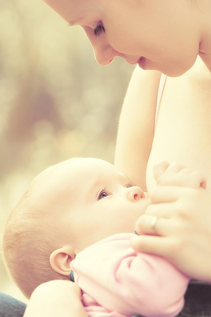 Mujer amamantando a un bebé al aire libre