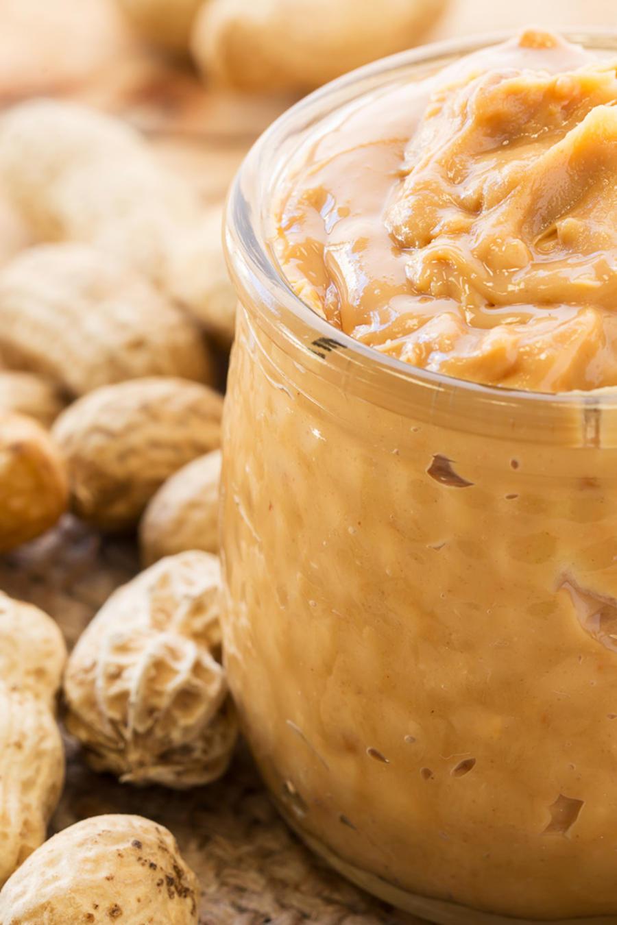 Envase con mantequilla de maní casera