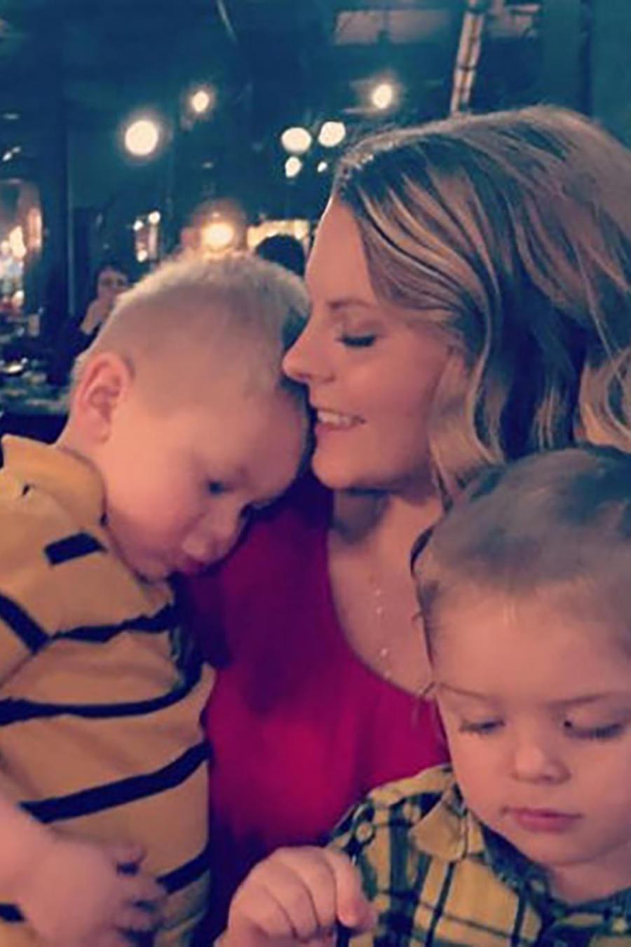 Jennifer Campbell con dos de sus hijos