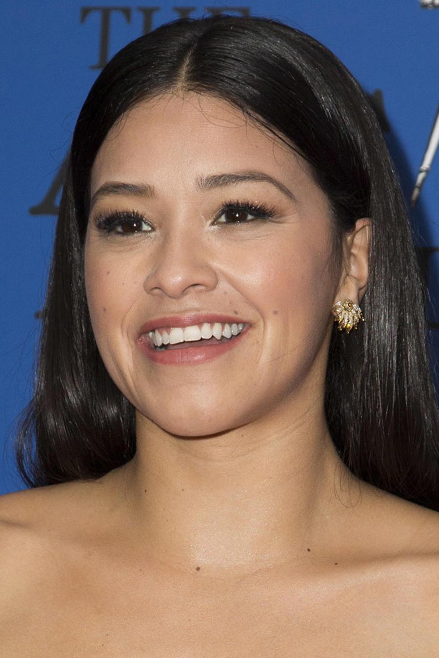 Gina Rodríguez con el cabello hacia atrás