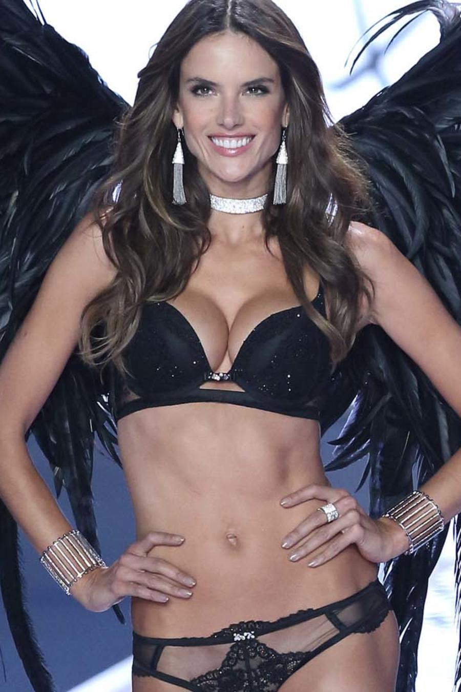 Alessandra Ambrosio desfila para Victoria's Secret en 2014