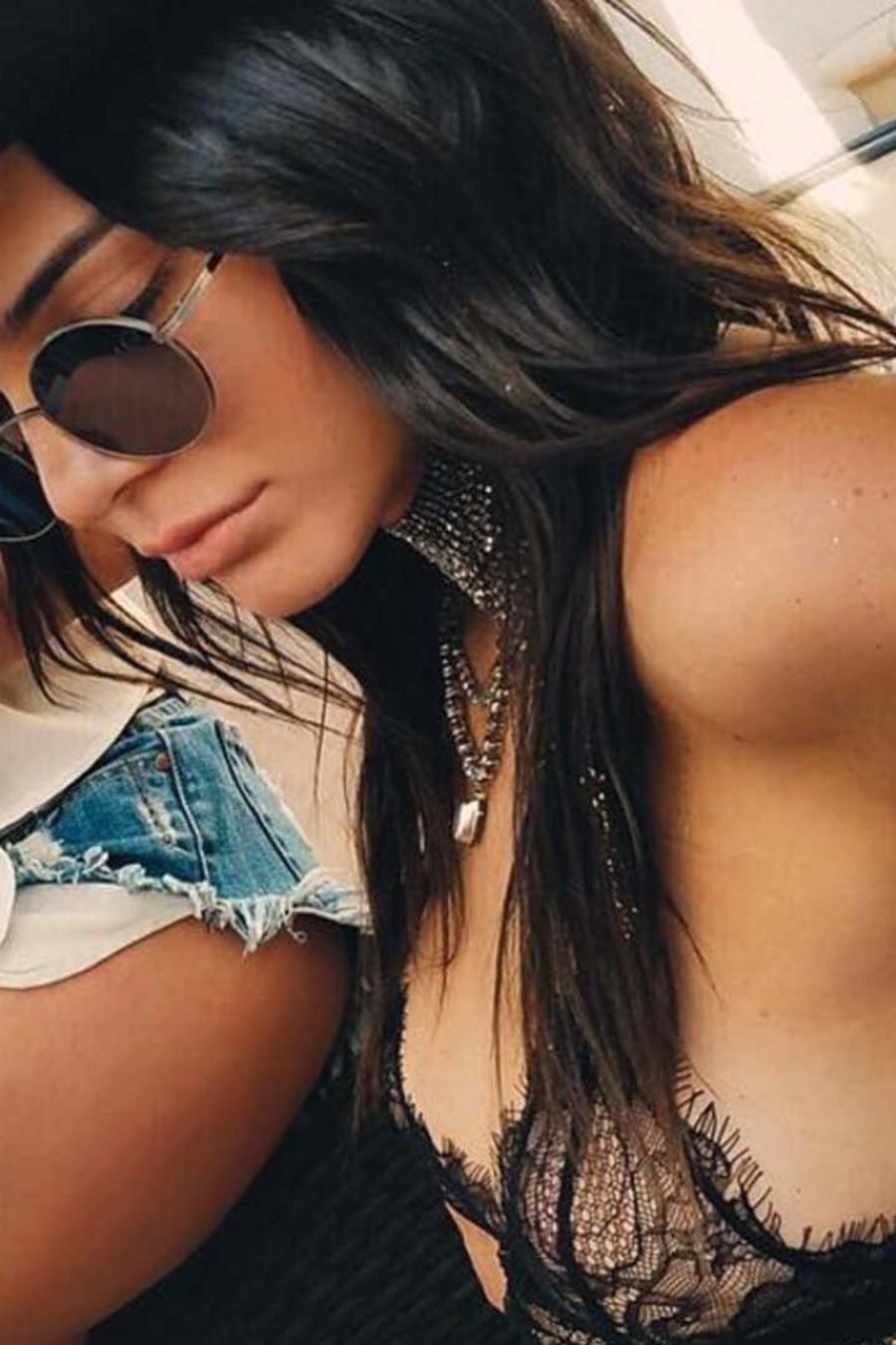 Kendall Jenner viste un top de encaje, gafas y un sombrero
