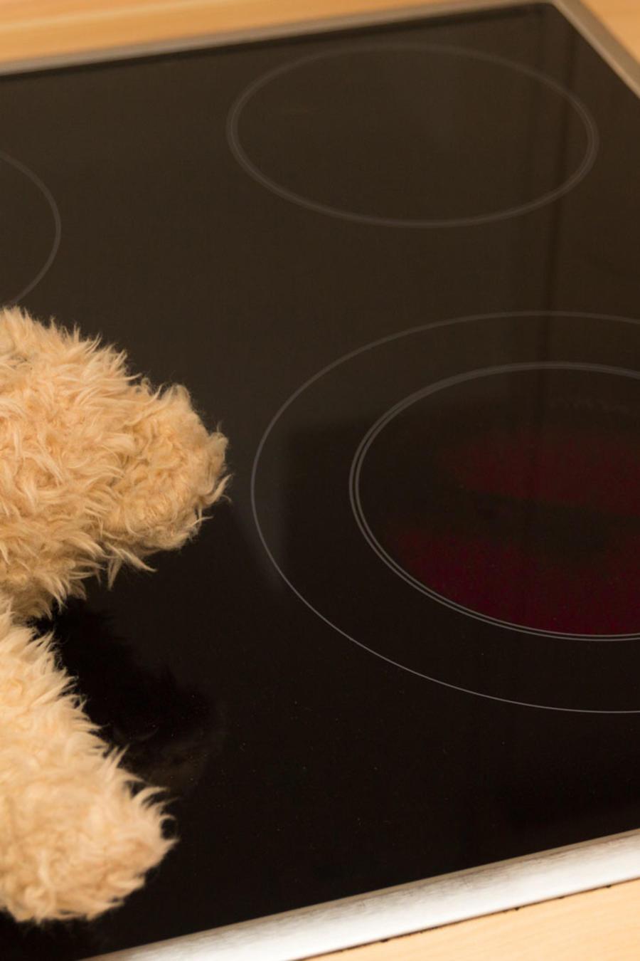 Muñeco de peluche en estufa