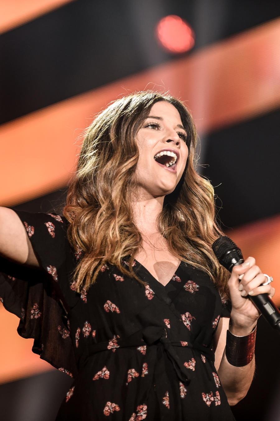 Natalia Jiménez durante sus ensayos en Premios Billboard 2016