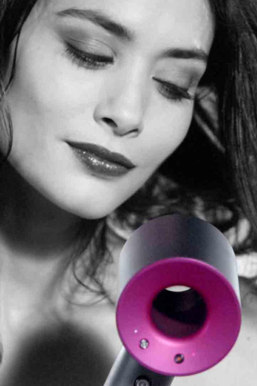 Mujer usado secador de pelo