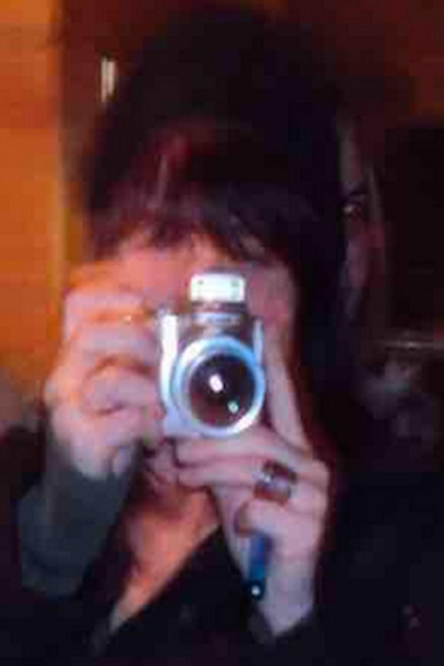 Supuesto fantasma aparece en el selfie de una mujer