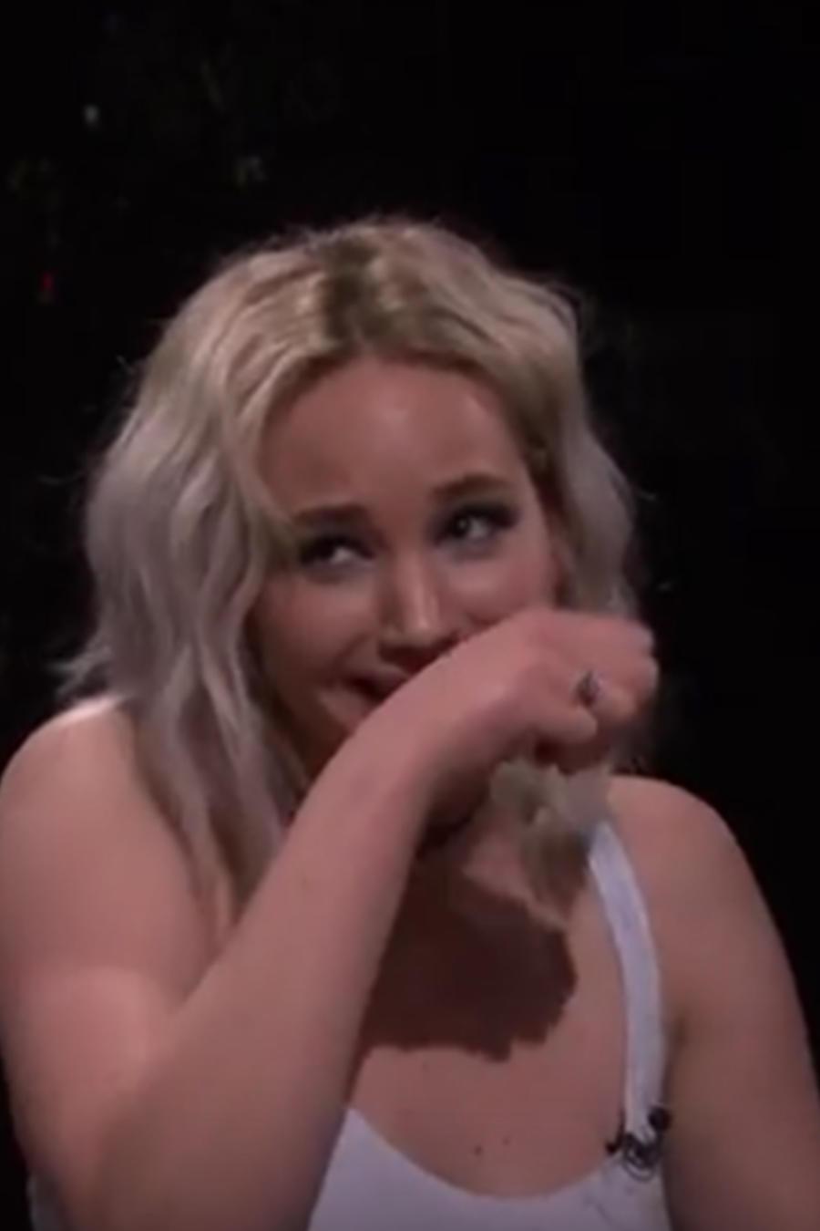 A Jennifer Lawrence se le salen los mocos en plena entrevista