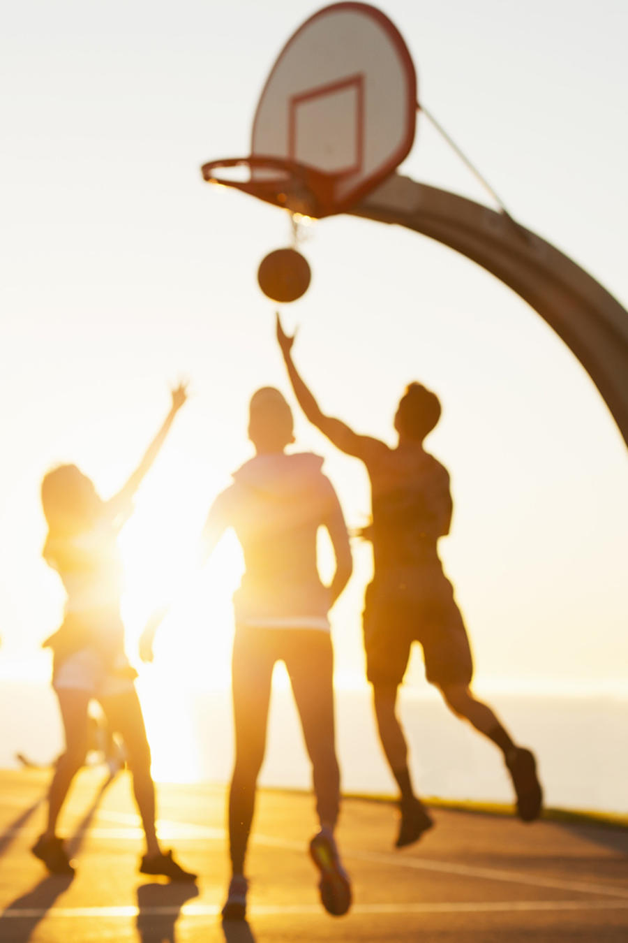 Grupo de amigos jugando al basketball