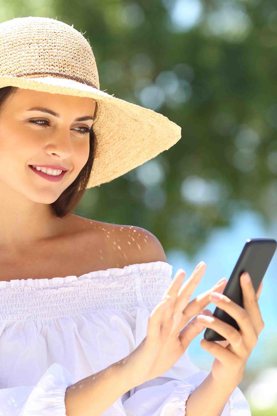 Mujer con sombrero tomándose un selfie