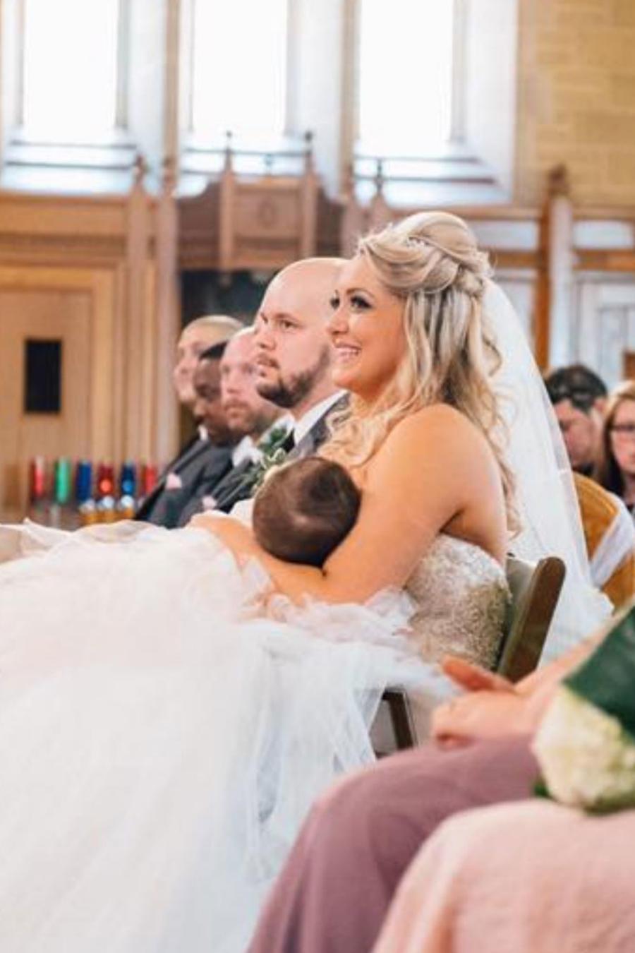 Mujer amamantando a su hijo en su boda