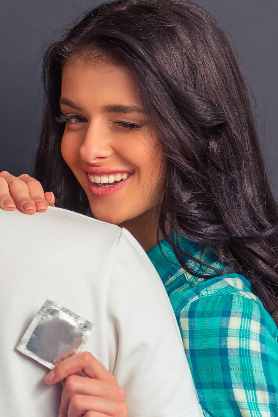 Mujer muestra preservativo a espadas de un hombre