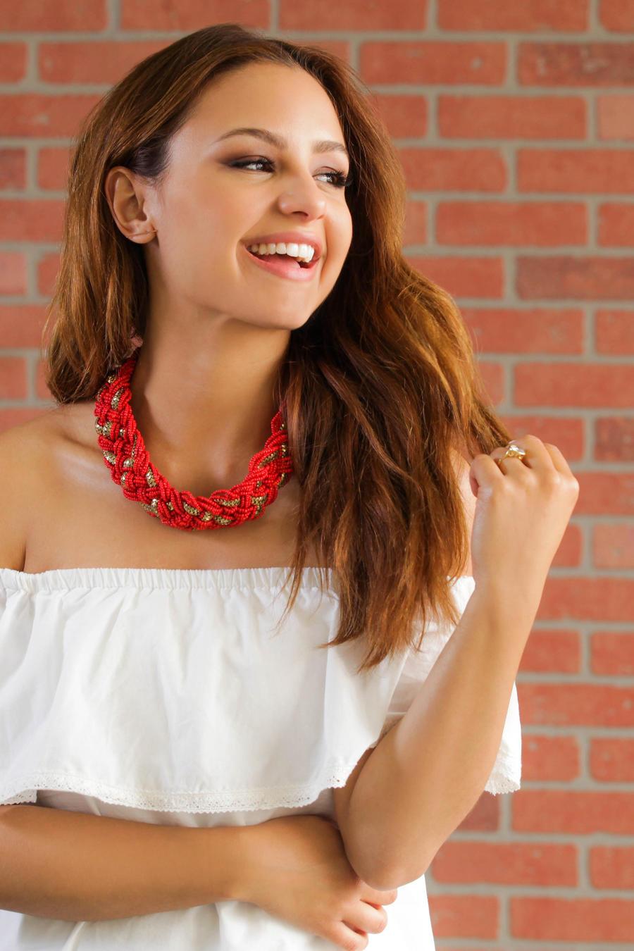 Aimee Carrero con un vestido off the shoulder