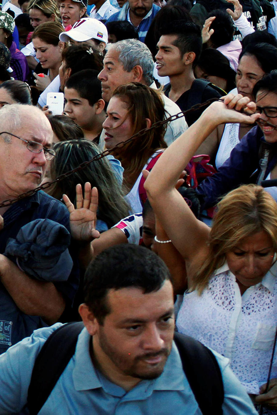 Cientos de venezolanos cruzan frontera en busca de alimentos