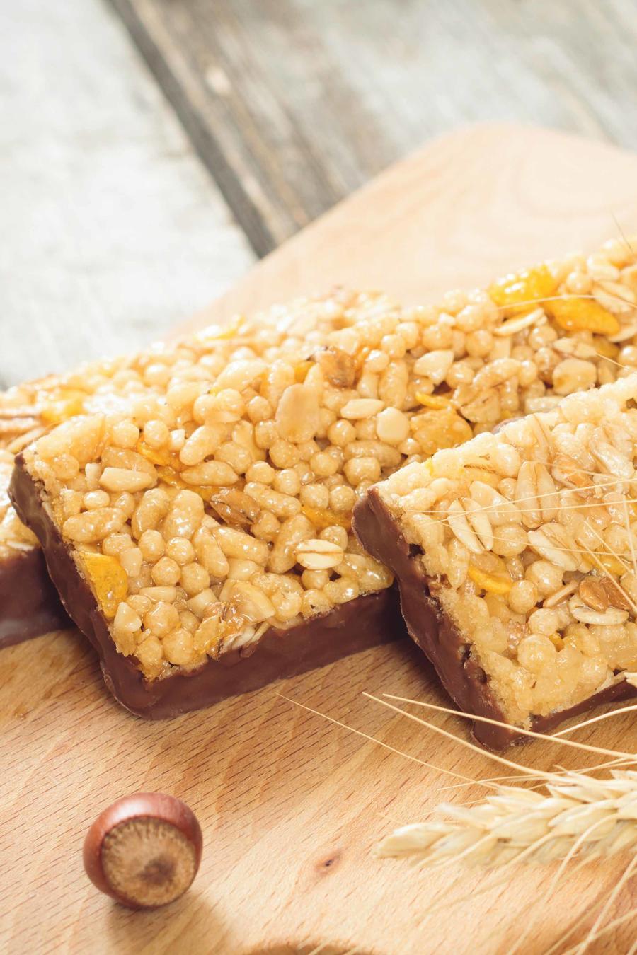 Barras de granola sobre una tabla de madera