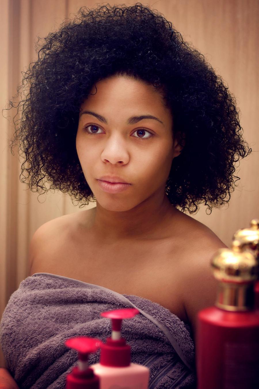 Mujer frente al espejo del baño