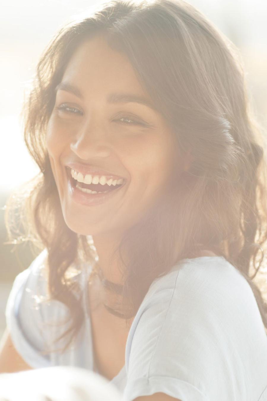 Mujer sonriendo al sol