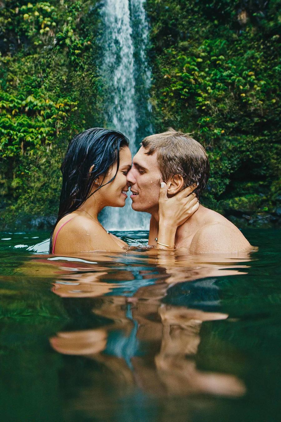 Pareja besándose en un lago