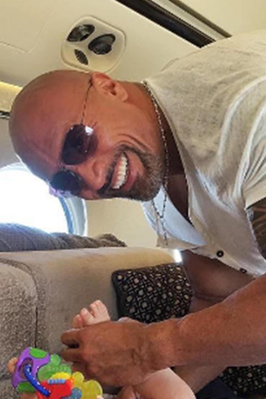 """Dwayne """"The Rock"""" Johnson comparte una foto cambiándole el pañal sucio a su hija"""