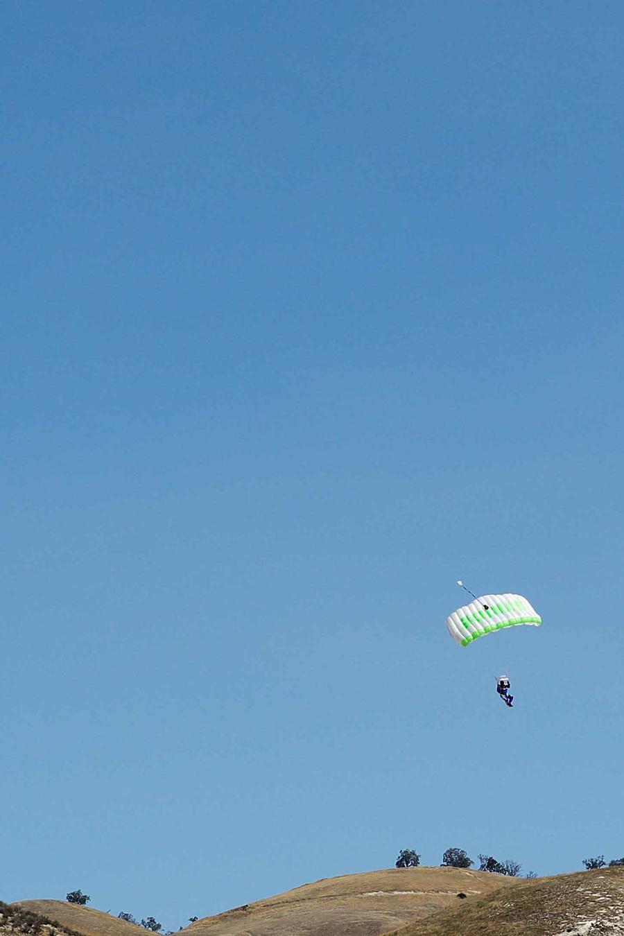 hombre se dispone a saltar sin paracaidas