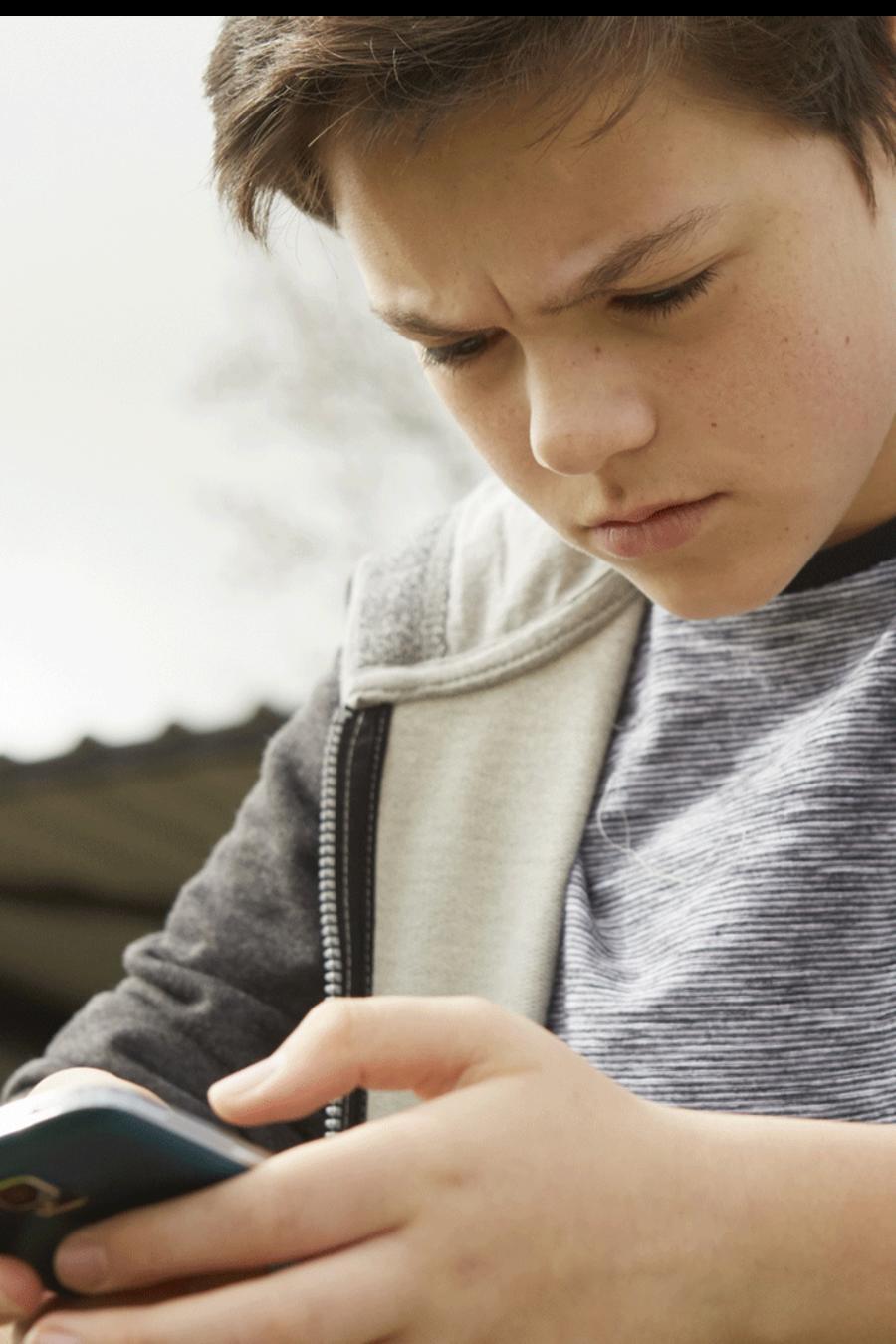 Adolescente ansioso mirando su smartphone