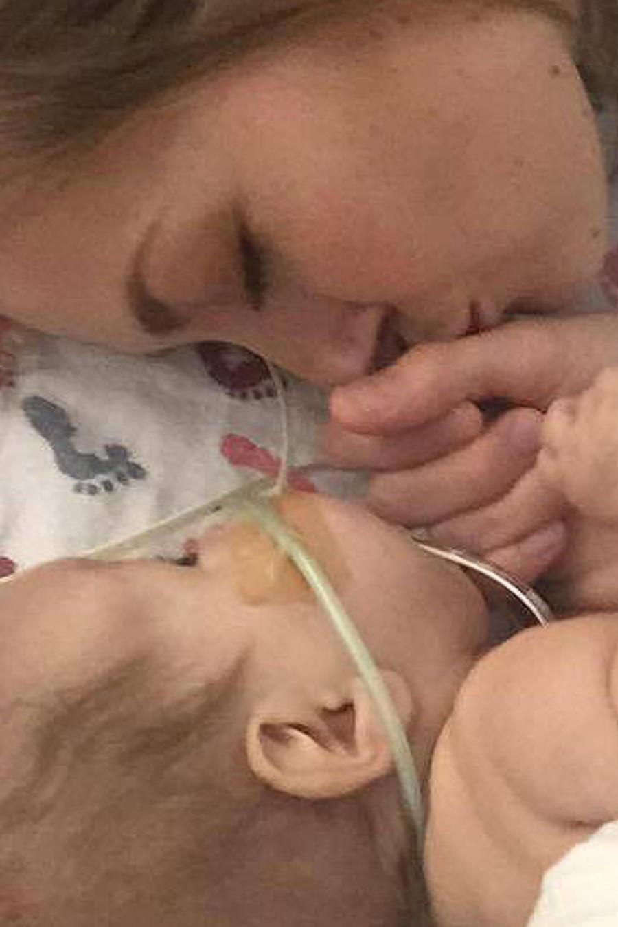 Demi Frandsen besa a su bebé prematuro