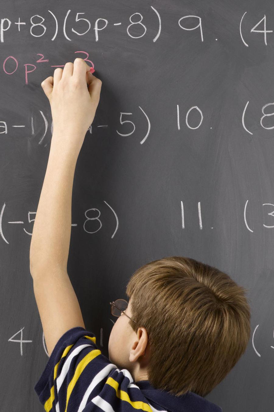 Estudiante resolviendo cálculos matemáticos en un pizarrón