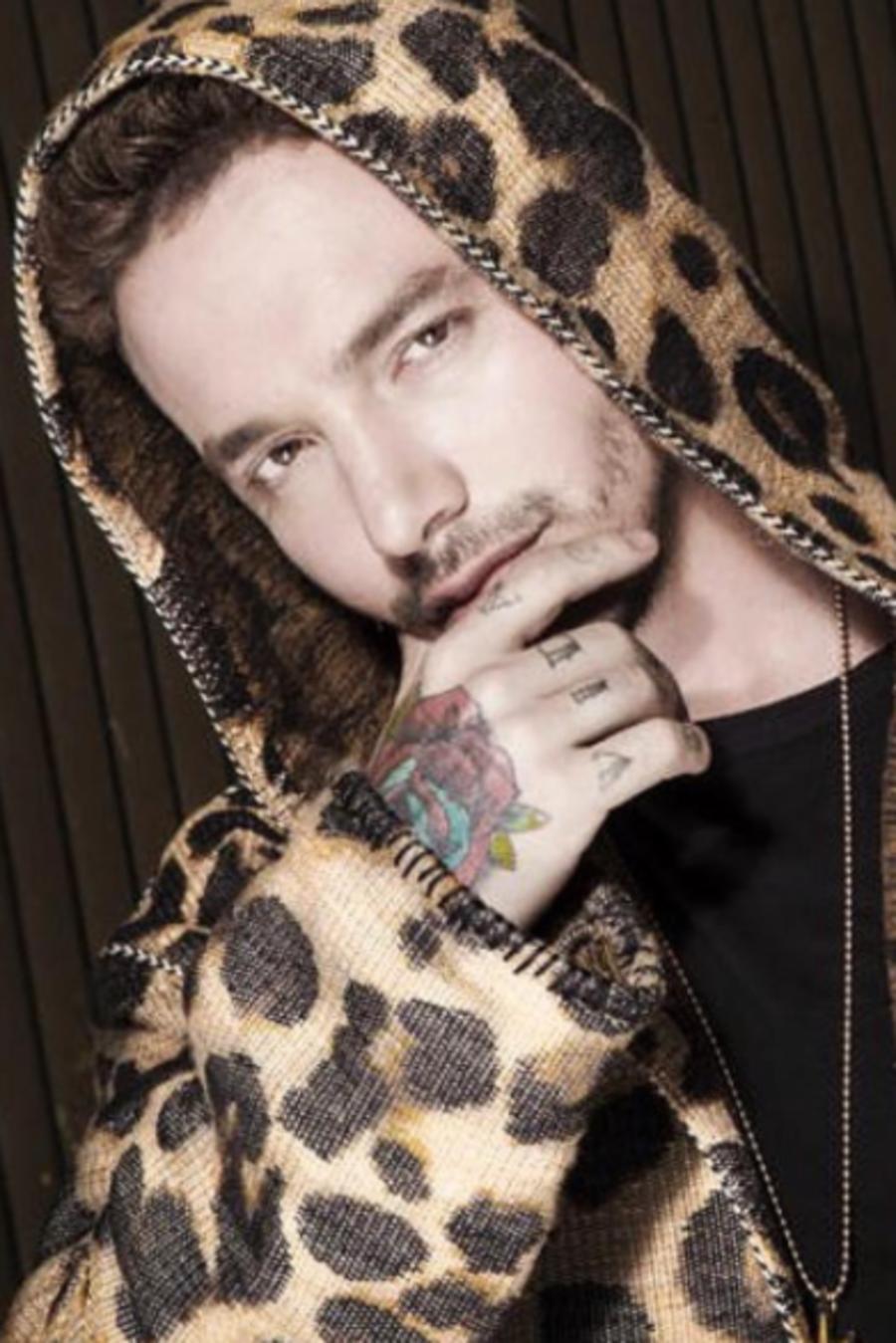 J Balvin con un sweater cheetah