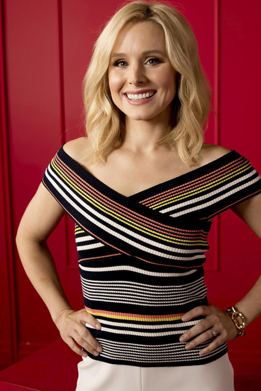 Kristen Bell frente a pared roja