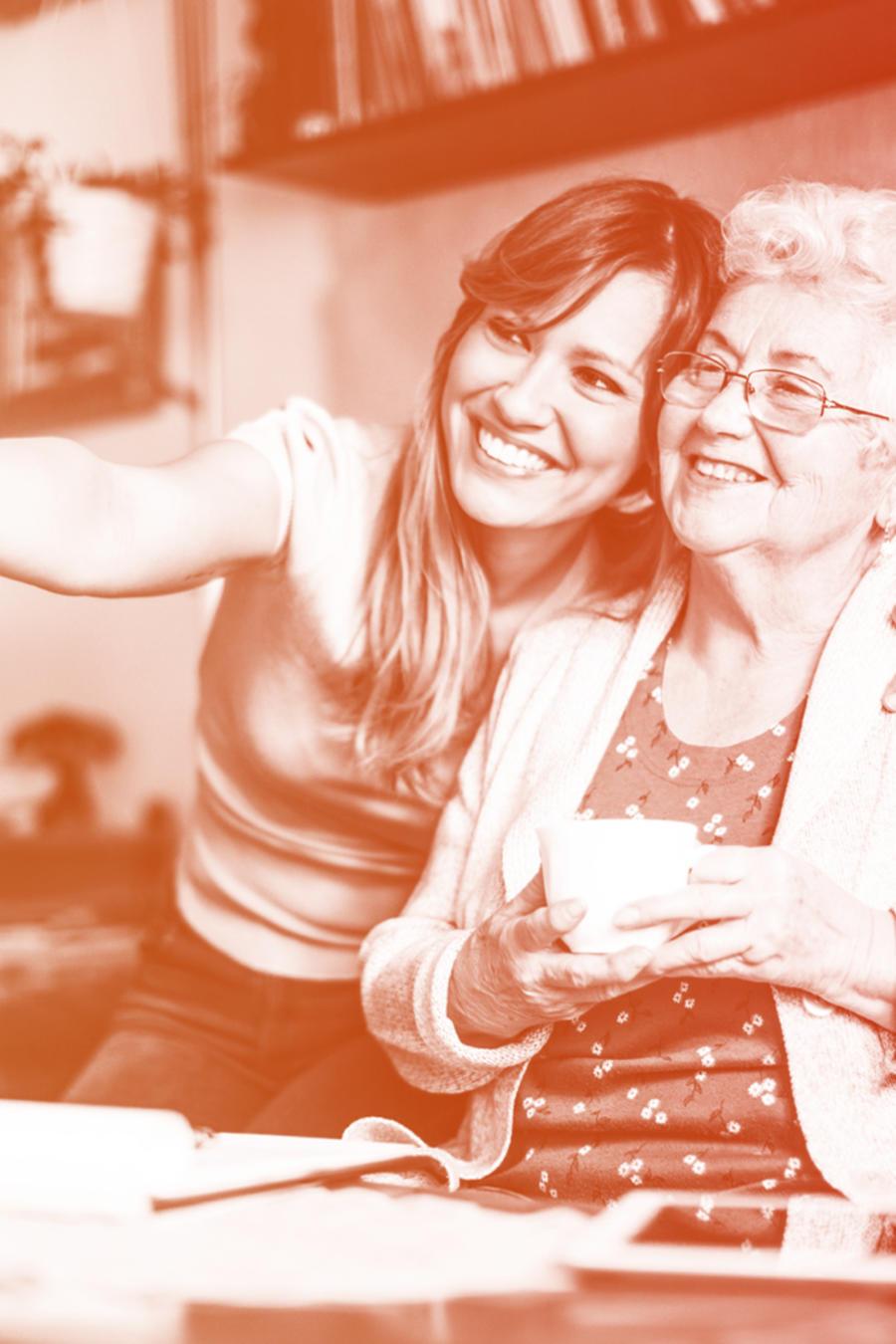Joven y mujer anciana hispanas tomándose foto
