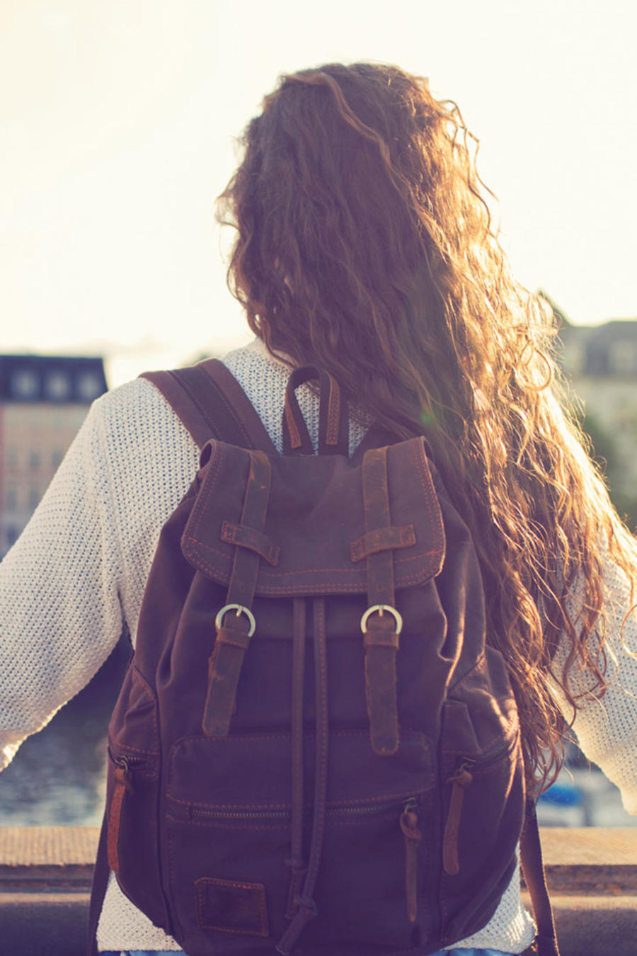 Joven de cabello largo con mochila, en Copenhagen