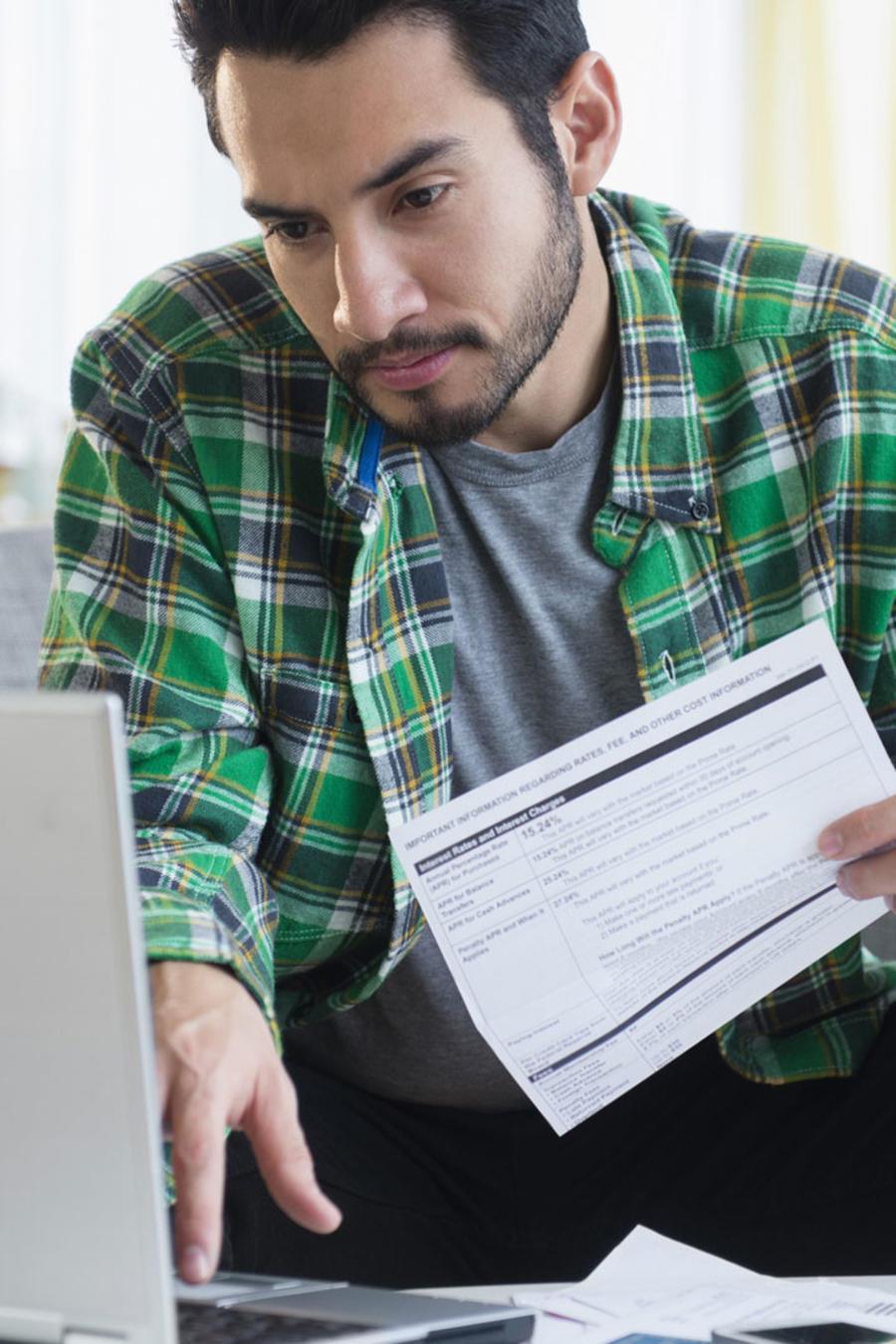 Hombre de barba pagando facturas online