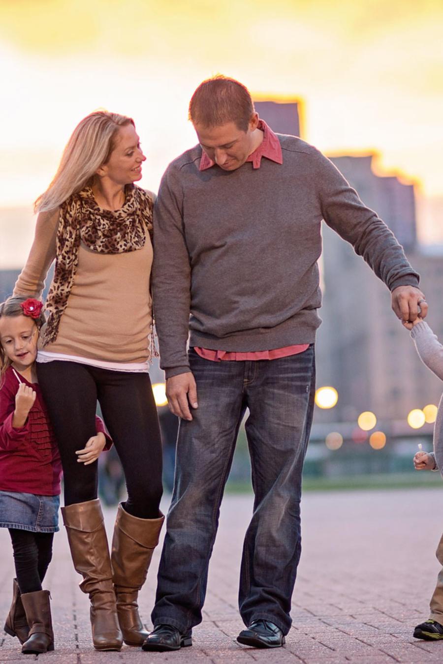 Familia paseando por la ciudad