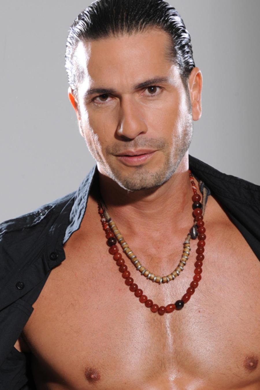 Gregorio Pernía, camisa abierta, cdn