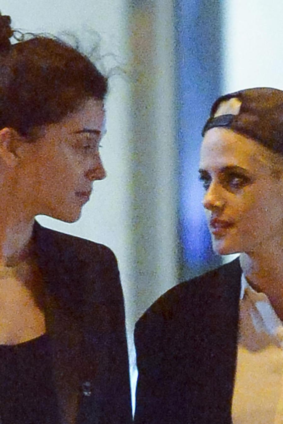 Kristen Stewart confirma con un beso su romance con St. Vincent