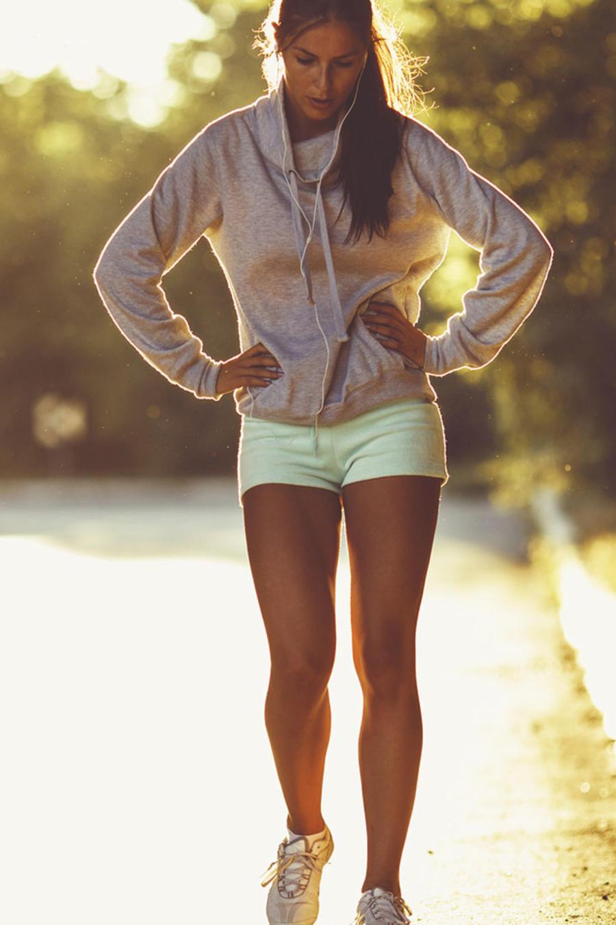 Mujer corredora exhausta en el camino