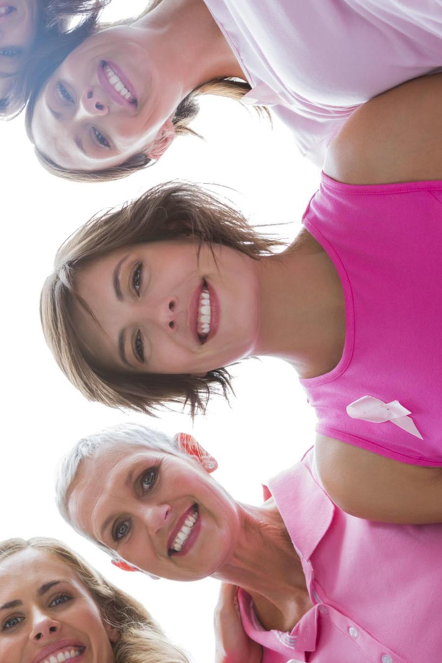 Mujeres vestidas de rosa unidas contra el cáncer de seno