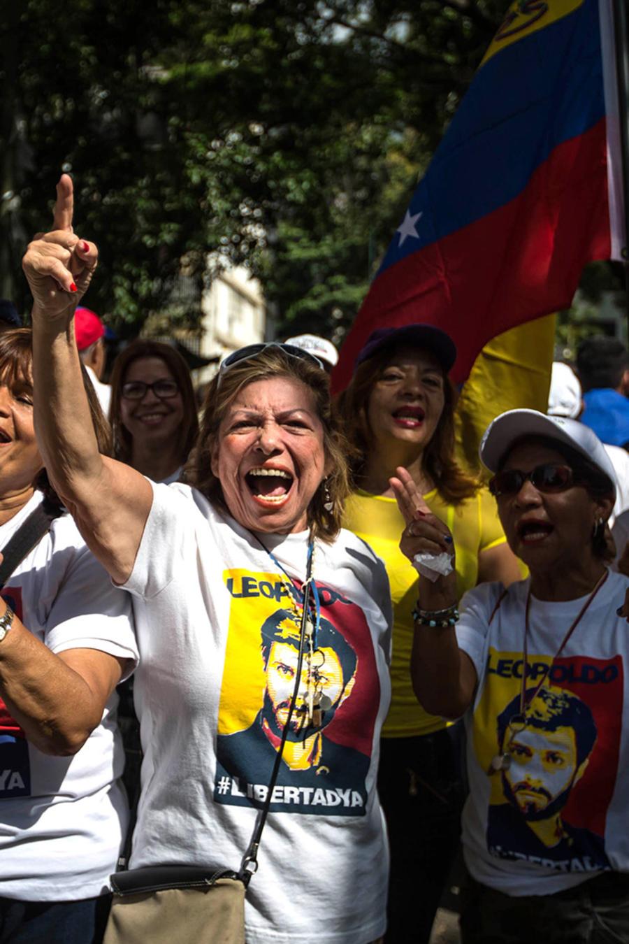 Un grupo de personas participa en una manifestación hoy, miércoles 26 de octubre del 2016, en Caracas