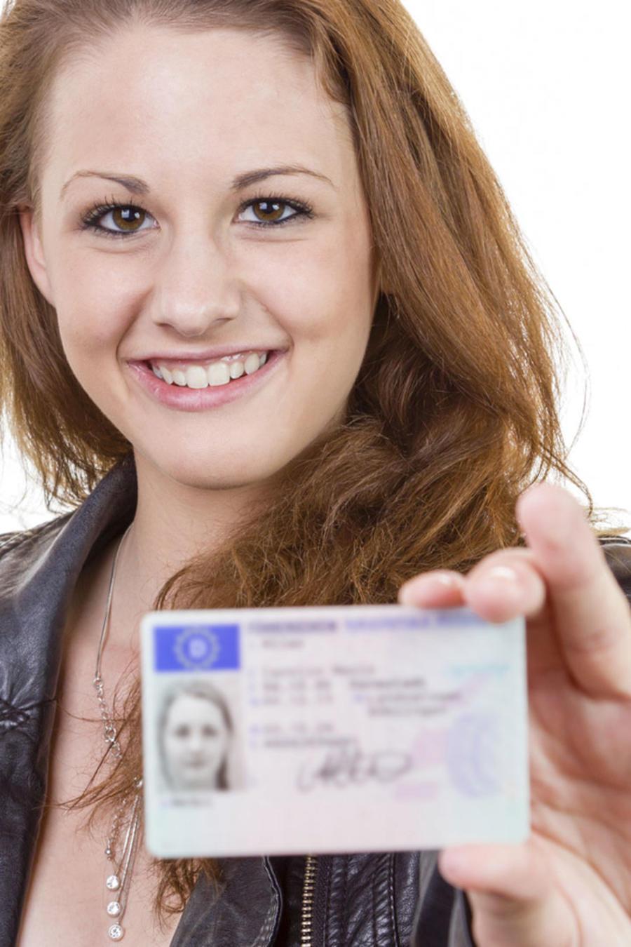 Mujer joven mostrando su licencia de conducir