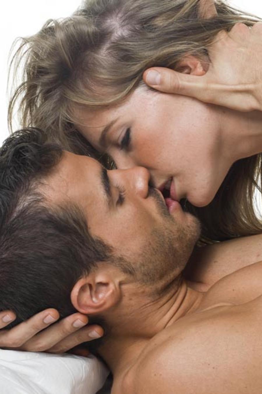 Pareja en la cama besándose