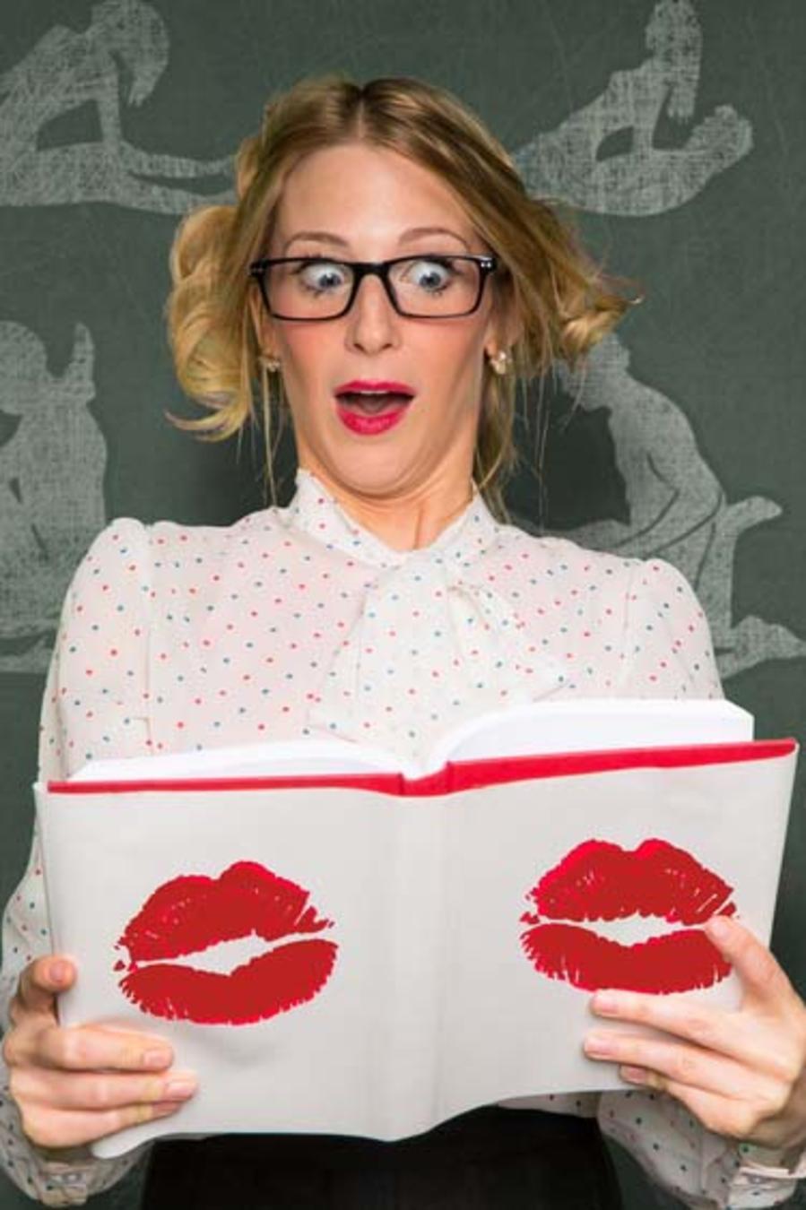 Mujer sorprendida viendo libro