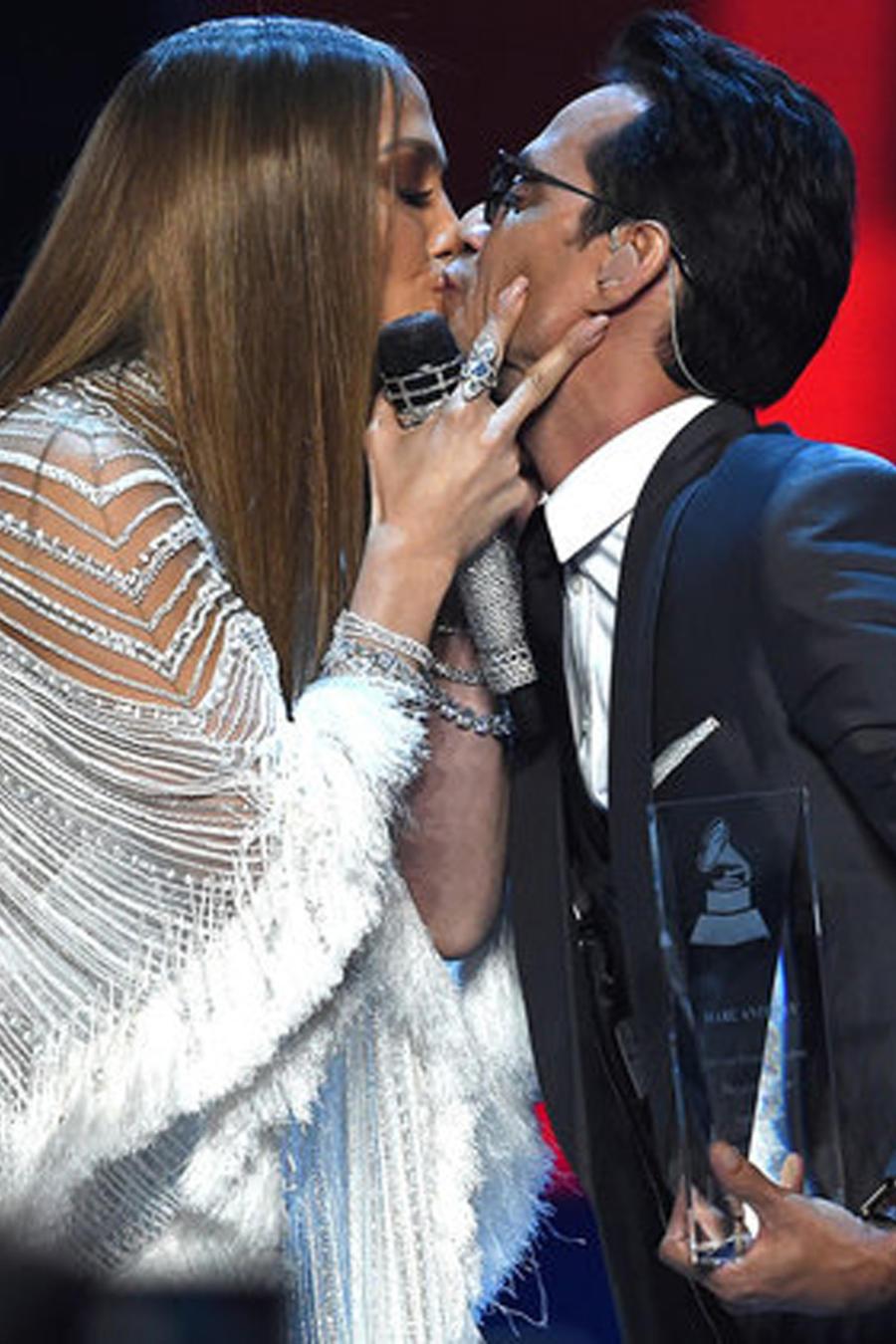 Beso de Jennifer Lopez y Marc Anthony en Latin Grammys