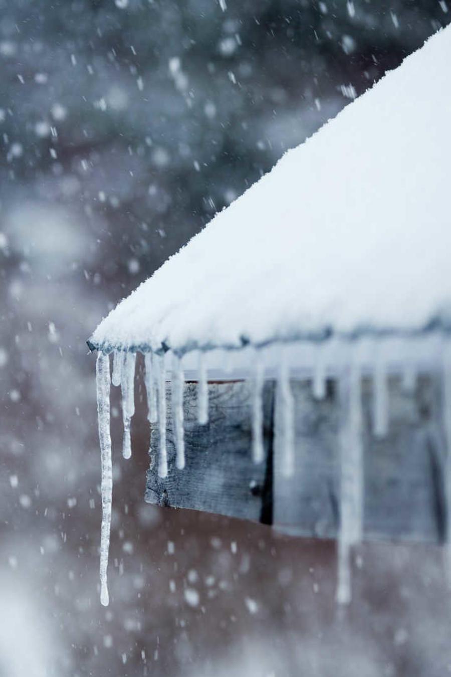Casa con nieve y hielo por temperaturas extremas
