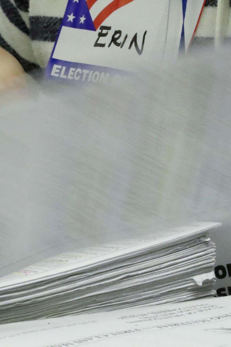 Un grupo de trabajadores electorales inicial el proceso de recuento de votos en Milwaukee el primero de diciembre del 2016.