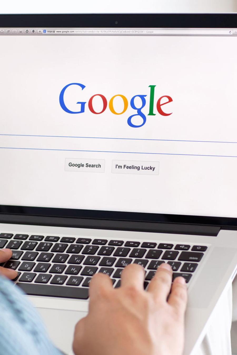 Hombre en un sofá navegando el sitio de Google