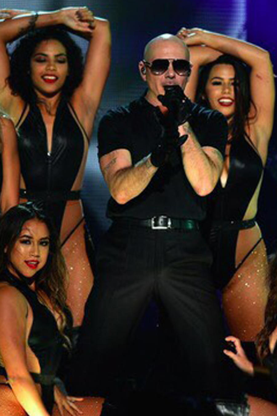 Pitbull y sus bailarinas
