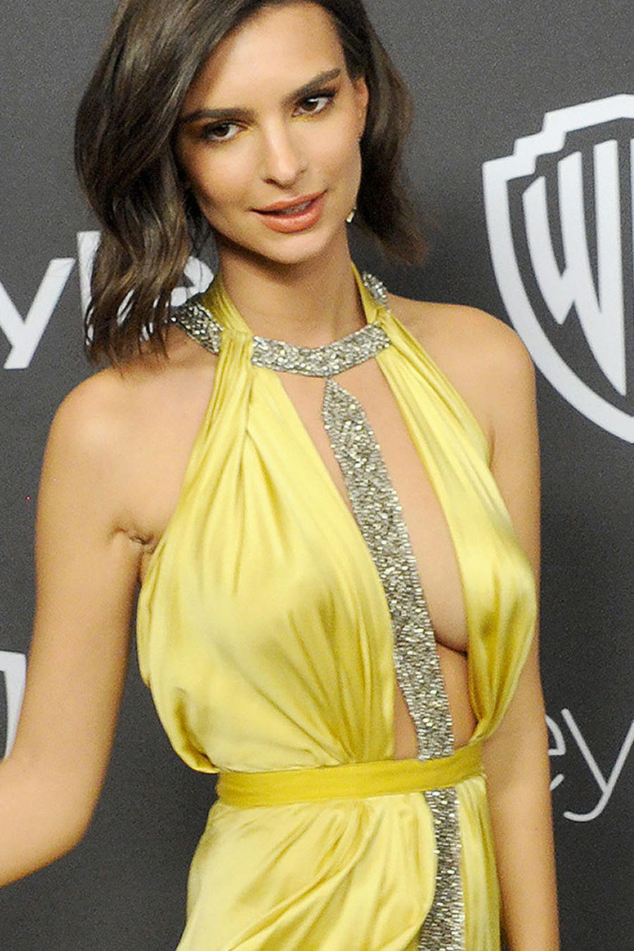 El blooper de Emily Ratajkowski en el afterparty de los Golden Globes 2017