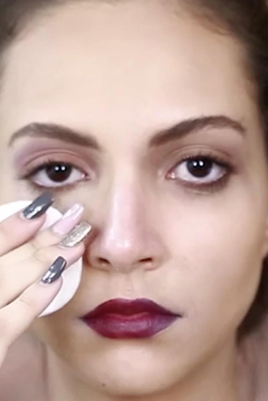 Mujer quitándose el maquillaje con algodón