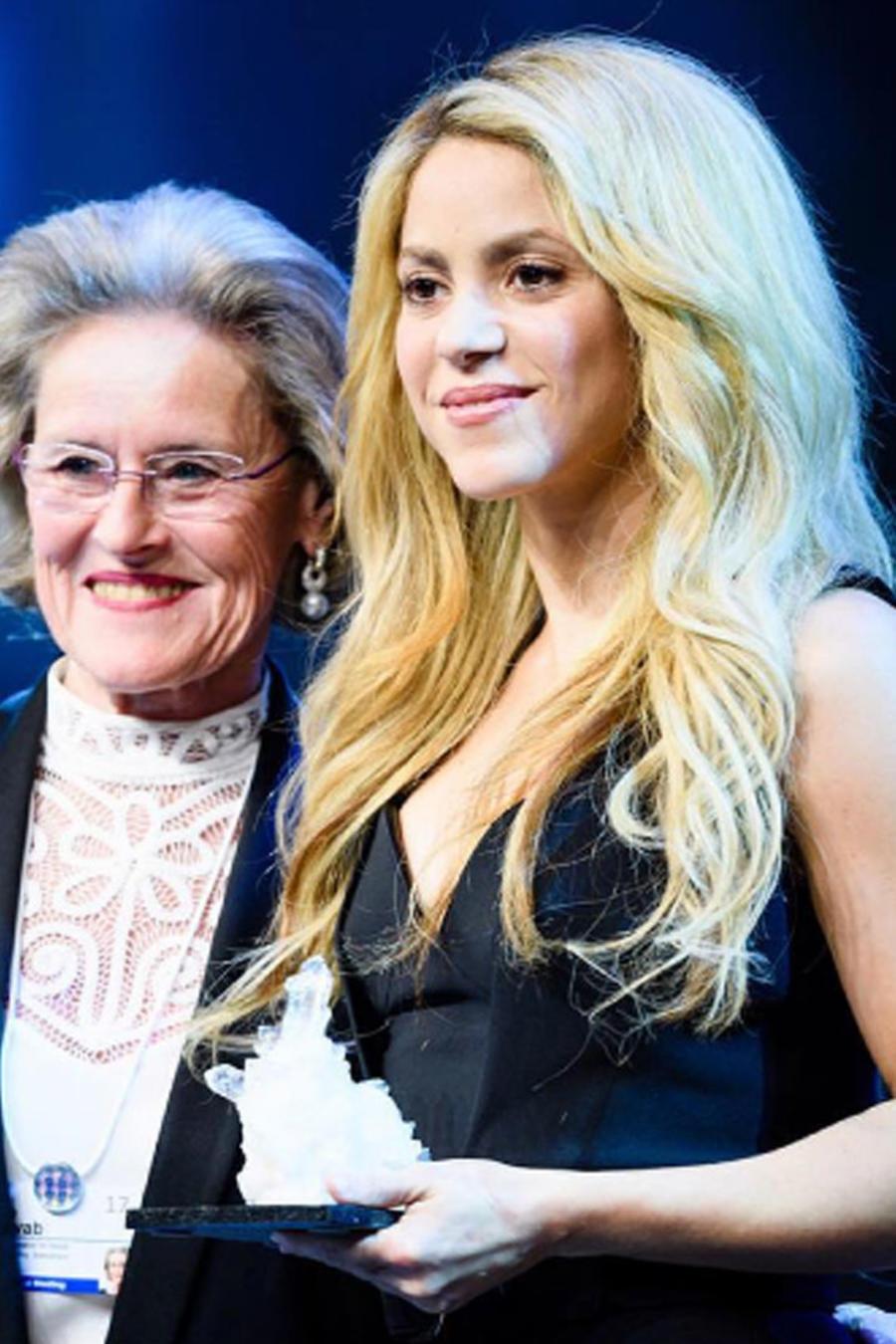Shakira recibiendo un premio en el Foro Económico Mundial 2017, en Davos