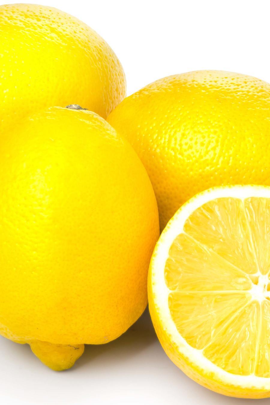 Limones amarillos sobre superficie blanca